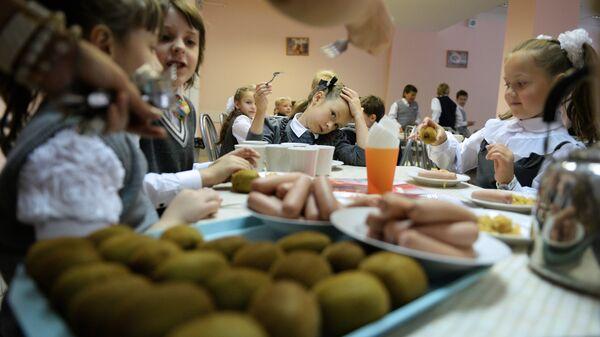 Первоклассники в столовой на обеде в одной из школ. Архивное фото