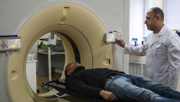 Топометрическая подготовка пациента на компьютерном томографе в онкологическом диспансере. Архивное фото