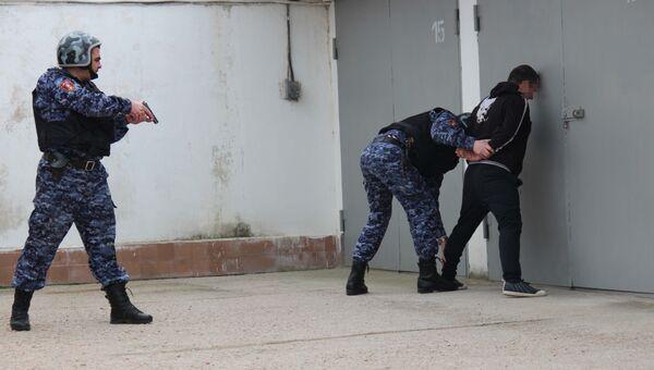Сотрудники вневедомственной охраны севастопольского управления Росгвардии по горячим следам задержали подозреваемого в разбойном нападении на магазин