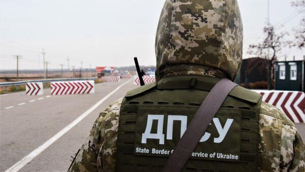Сотрудник Госпогранслужбы Украины на границе. Архивное фото