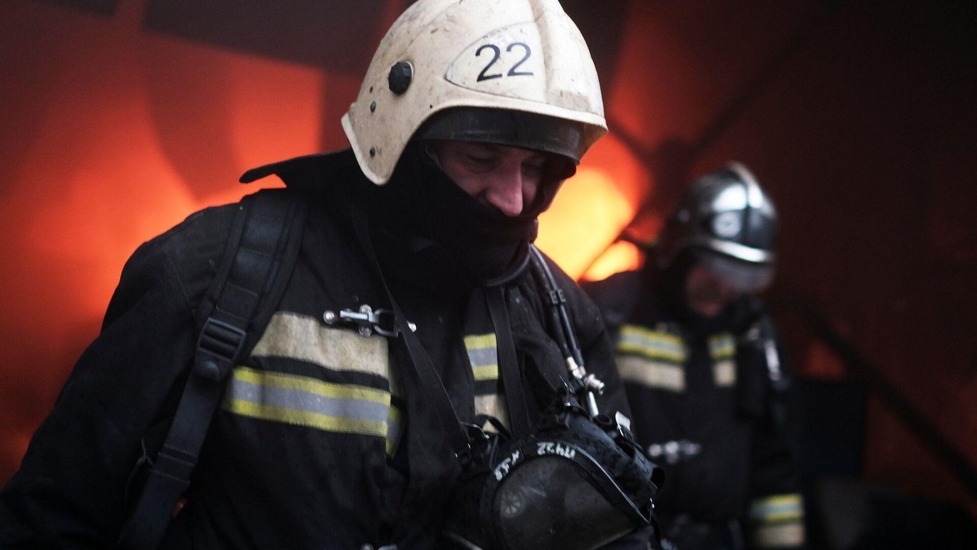 Сотрудники МЧС во время тушения пожара. Архивное фото - РИА Новости, 1920, 06.04.2021