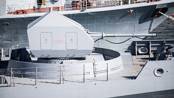 Носовая 100-миллиметровая артиллерийская установка на фрегате Адмирал Макаров