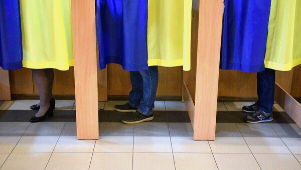 Люди во время голосования на выборах президента Украины