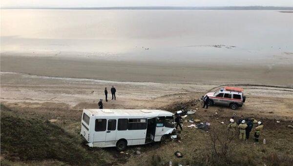 На трассе Феодосия – Керчь съехал с дороги в овраг рейсовый автобус Богдан