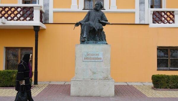 Памятник Ивану Айвазовскому у здания Феодосийской картинной галереи