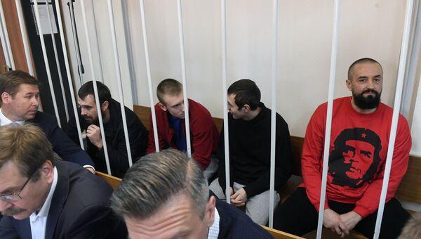 Задержанные украинские моряки Сергей Цыбизов (справа), Андрей Опышко (второй слева) и Роман Мокряк (слева) в Лефортовском суде Москвы