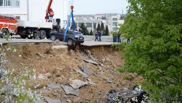 Спасатели МЧС работают на месте обрушения парковки возле многоквартирного дома в Севастополе
