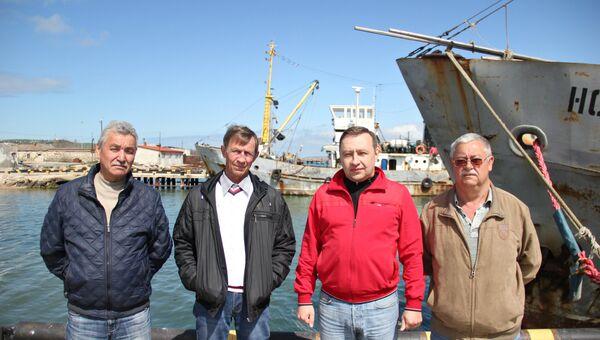 Моряки сейнера Норд с директором рыбколхоза Сергеем Лесковым