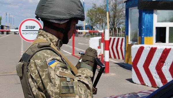 Пограничник на границе Украины с Крымом