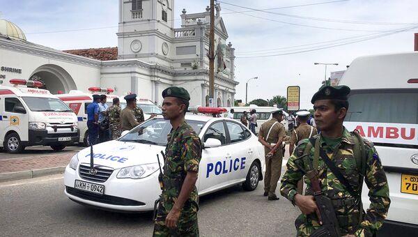 Военные Шри-Ланки охраняют территорию возле храма в Коломбо, где 21 апреля 2019 года произошел взрыв