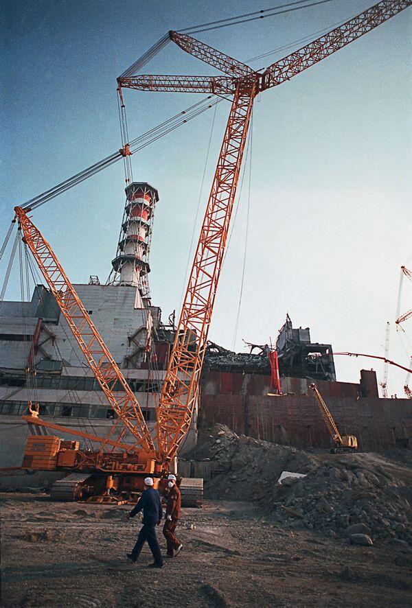 Разлом стены аварийного 4-го энергоблока на Чернобыльской АЭС