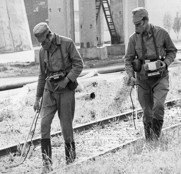 Химики-дозиметристы на территории Чернобыльской атомной электростанции во время ликвидации последствий аварии
