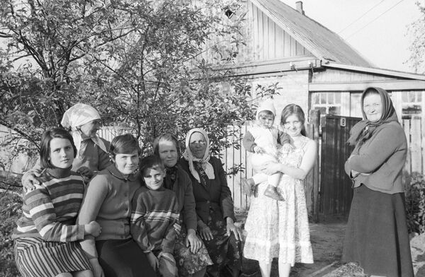 Пенсионерка совхоза Майдановский Мария Остринская с принятыми ею в ее доме эвакуированными из села Машев Чернобыльского района