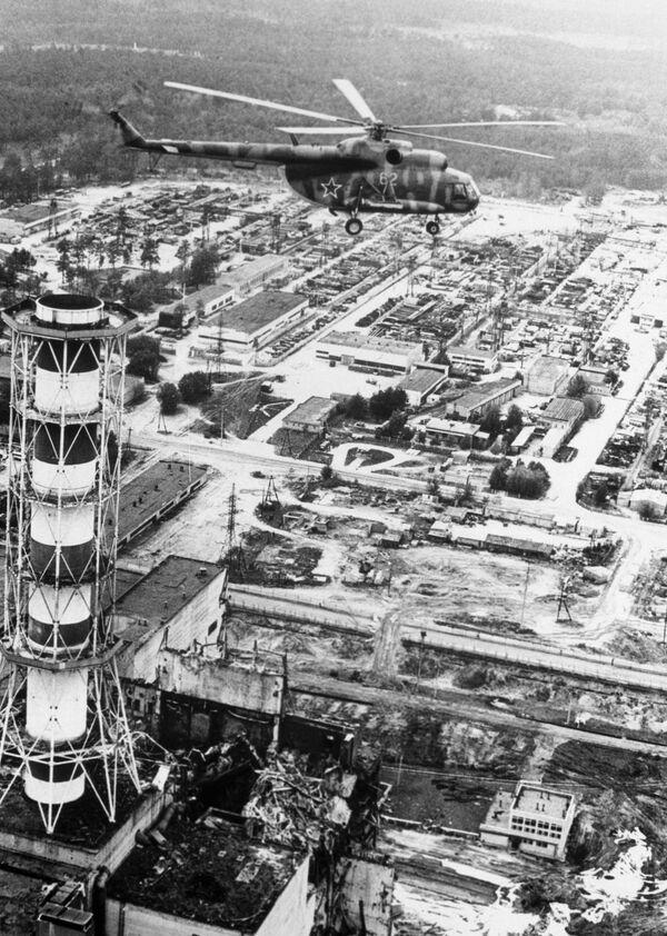 Вертолет производит радиологические измерения над зданием Чернобыльской АЭС после катастрофы
