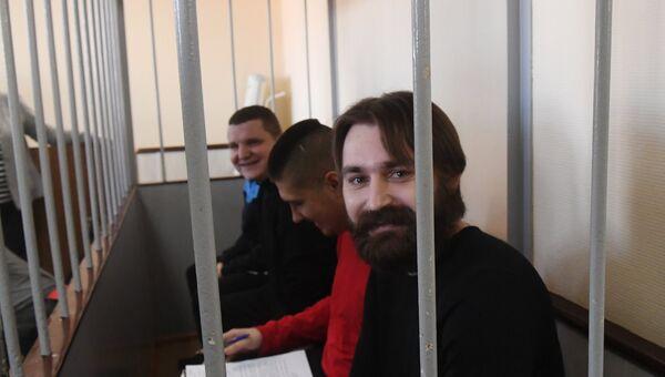 Задержанные украинские моряки в сопровождении конвоя в Лефортовском суде Москвы