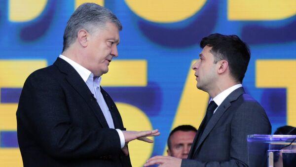 Действующий президент Украины, кандидат в президенты Петр Порошенко (слева) и кандидат в президенты от партии Слуга народа Владимир Зеленский во время дебатов в НСК Олимпийский