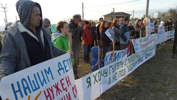 Жители массива Каменка в Симферополе провели митинг против строительство мусороперерабатывающего завода и приюта для бездомных