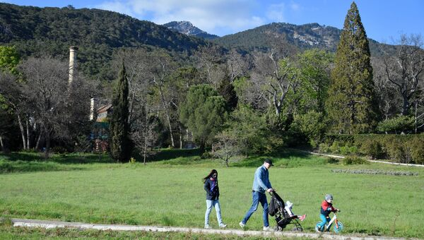 Родители с детьми гуляют на территории Массандровского дворца императора Александра III в Ялте