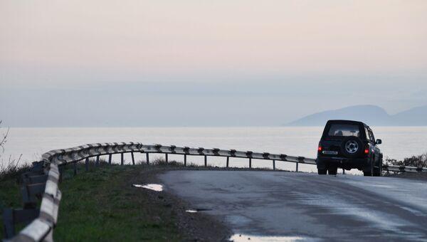 Автомобиль на одной из дорог в поселке Морское в Крыму