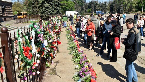 Жители Одессы возлагают цветы на Куликовом поле во время траурных мероприятий, посвященных годовщине трагических событий 2 мая 2014 года. 2 мая 2019