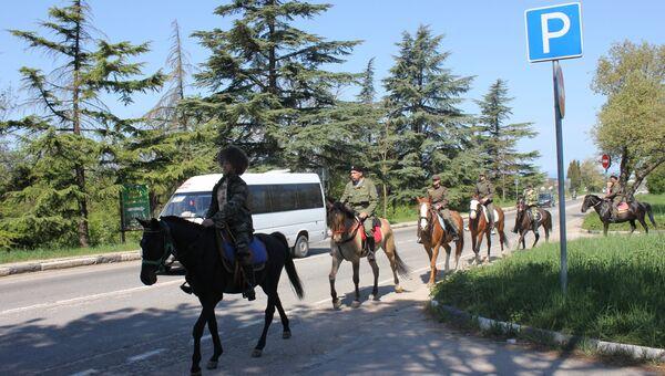 Крымские казаки осуществляют недельный конный переход в честь Дня Победы