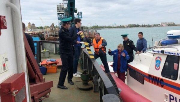 Сотрудники МЧС эвакуировали пострадавшего моряка с буксира Марал в Черном море