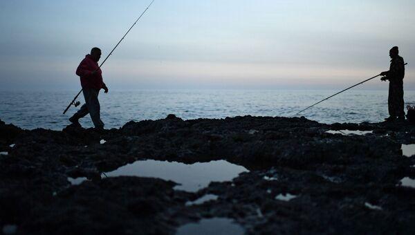 Рыбаки на мысе Тарханкут в поселке Оленевка в Крыму