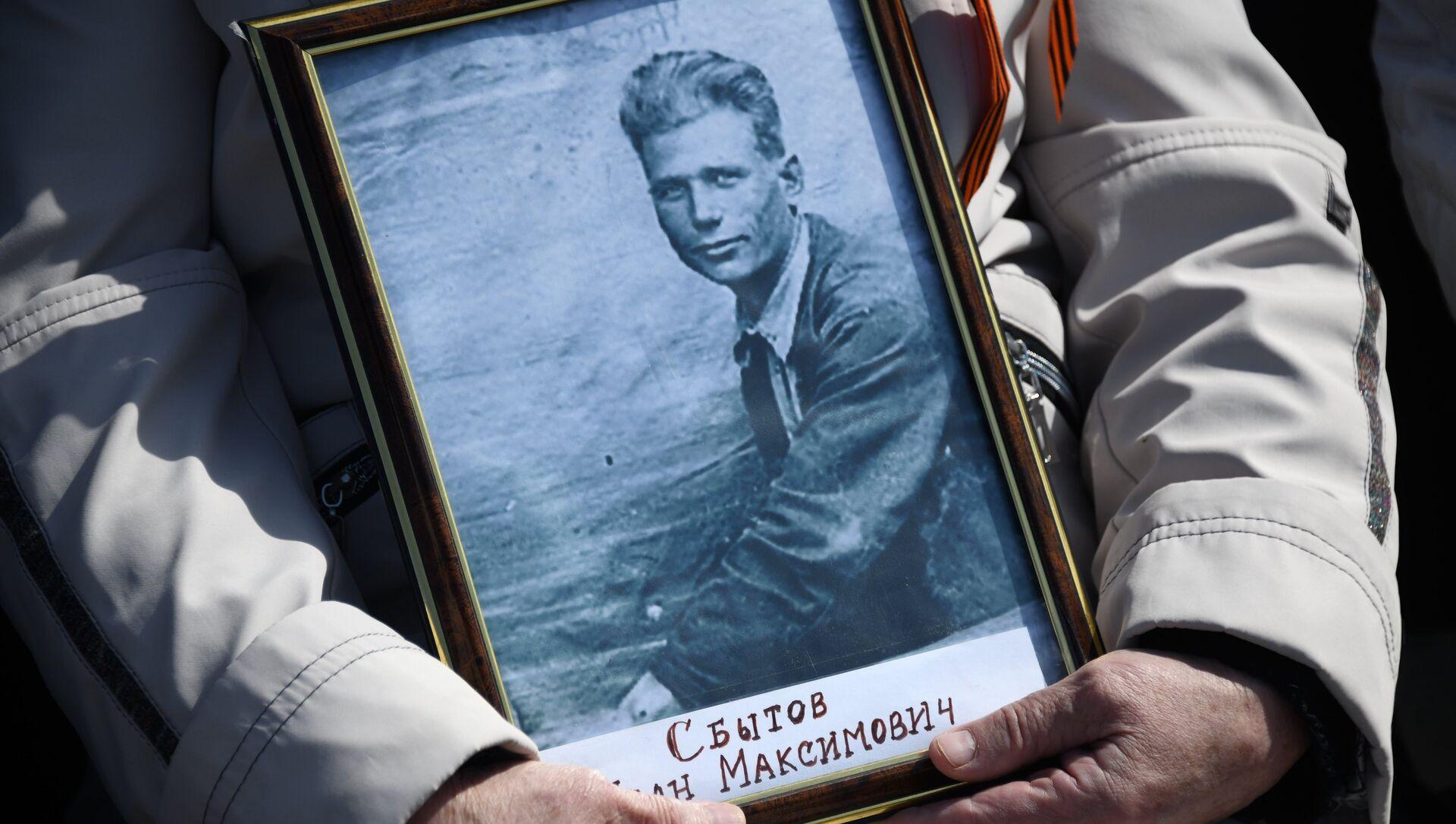Портрет ветерана войны в руках участника акции Бессмертный полк в Чите - РИА Новости, 1920, 20.04.2021