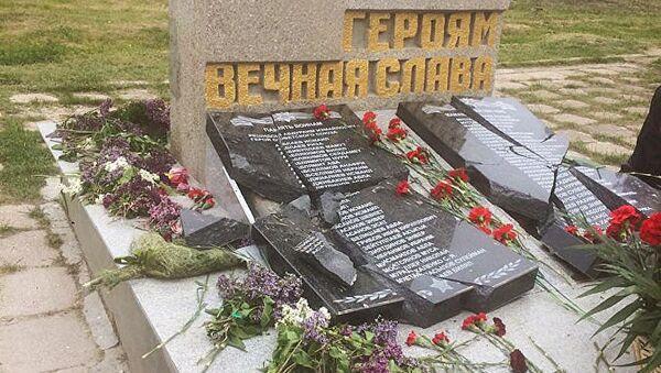 Оскверненный военный памятник в селе Орловка Нахимовского района