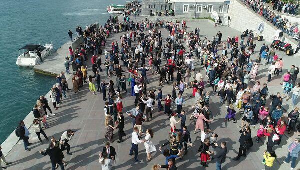 За Победу танцуй до победного!: флешмоб на Приморском бульваре Севастополя
