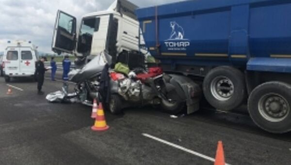Авария с участием легковушки и грузовика. Архивное фото