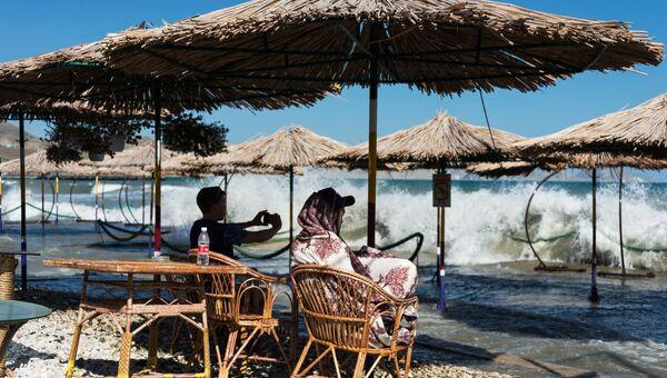 Отдыхающие на пляже в Коктебеле