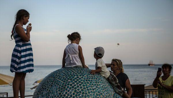 Отдыхающие на берегу Черного моря в Коктебеле