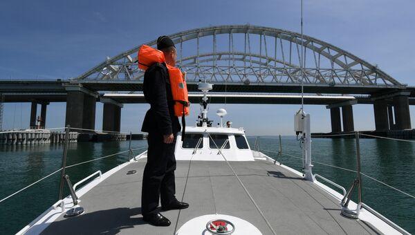 Российский пограничник на катере Мангуст перед Крымским мостом