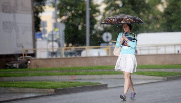 Девушка под зонтом во время дождя. Архивное фото