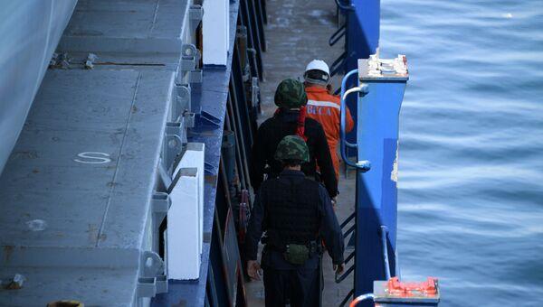 Пограничный досмотр кораблей перед Керченским проливом