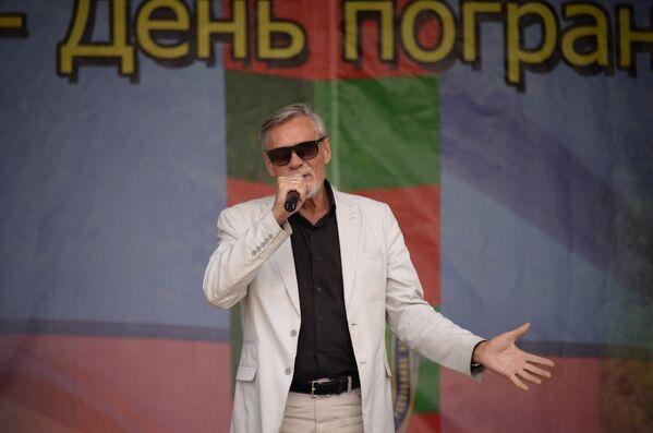 Заслуженный артист России Александр Михайлов выступает в Севастополе на праздновании Дня пограничника