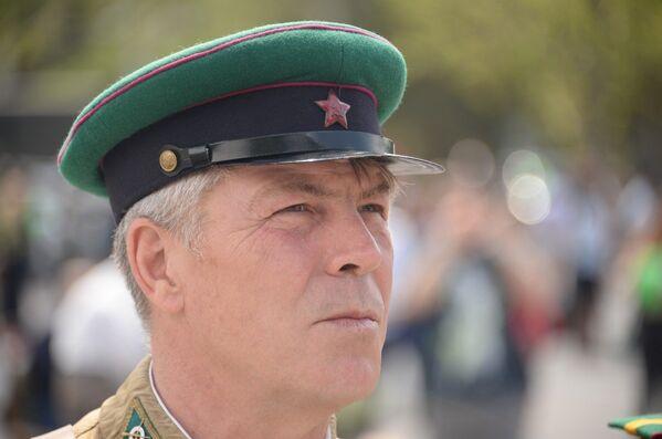 Реконструктор в форме пограничника времен Великой Отечественной войны наблюдает за концертом в День пограничника в Севастополе