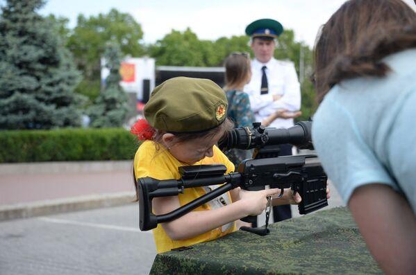 Выставка оружия в рамках празднования Дня пограничника в Севастополе