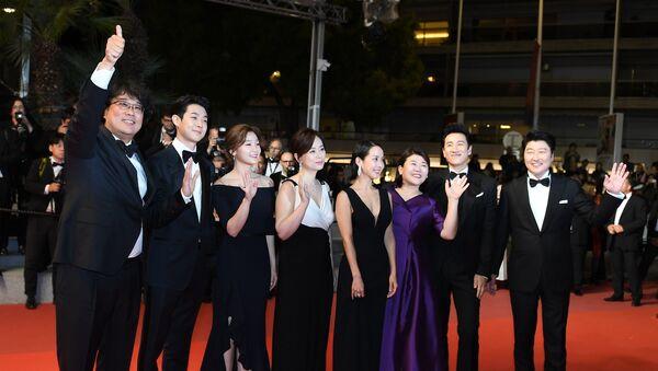 Южнокорейский режиссер Пон Джун-хо, актеры Чой Ву-Сик, Пак Со-дам, Чан Хе-джин, Чо Ё-джон, Ли Джон-ын, Ли Сон-гюн и Сон Кан-хо (слева направо) на красной дорожке фильма Паразиты (Gisaengchung) в рамках 72-го Каннского международного кинофестиваля.