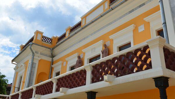 Таблички на фасаде Феодосийской картинной галереи имени И.К. Айвазовского