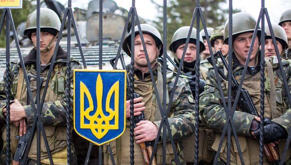 Украинские военные на территории военной базы в селе Перевальное недалеко от Симферополя.