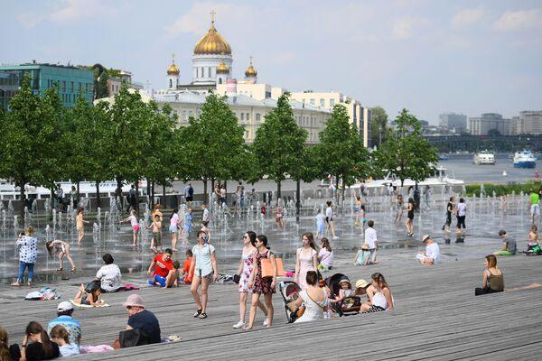 Горожане отдыхают у фонтанов в Москве. Архивное фото