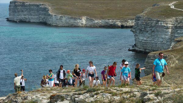 Отдыхающие на экскурсии по Джангулю на мысе Тарханкут в Крыму