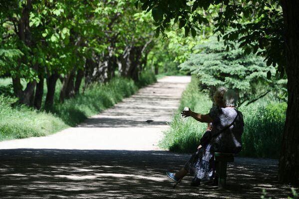 Женщины отдыхают в Ботаническом саду в Симферополе
