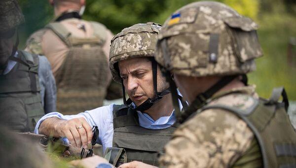 Президент Украины Владимир Зеленский во время поездки в Донбасс