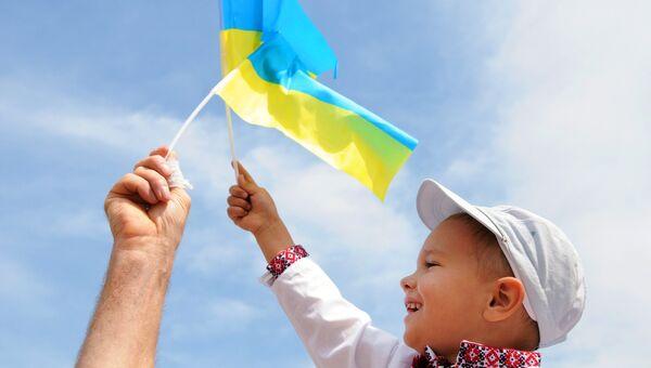 Мальчик в вышиванке и с флагом Украины