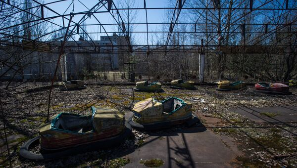 Проржавевший аттракцион в парке эвакуированного после аварии на ЧАЭС городе Припять в Чернобыльской Зоне Отчуждения