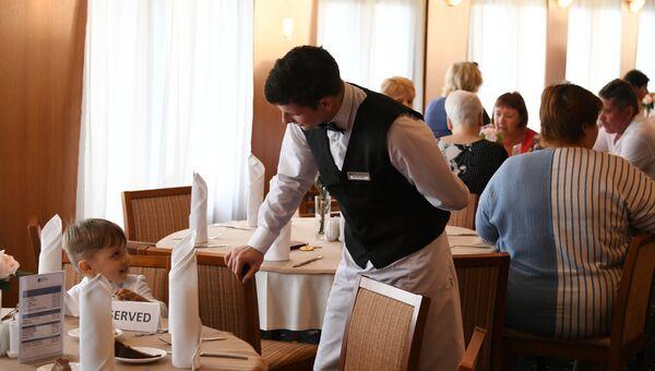 Официант в ресторане круизного лайнера Князь Владимир