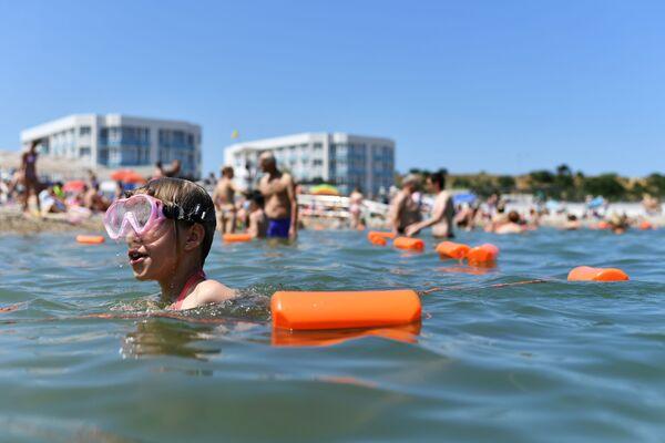 Отдыхающие купаются в Черном море. Архивное фото.